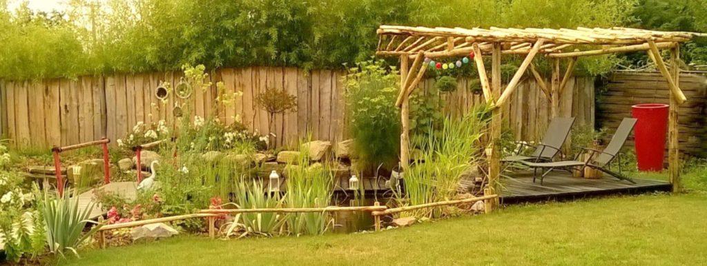 Aménagement de jardin avec des éléments en bois de châtaignier